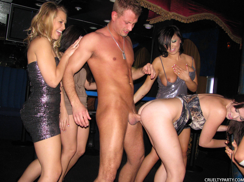 Смотреть порно трахаются на вечеринках 15 фотография